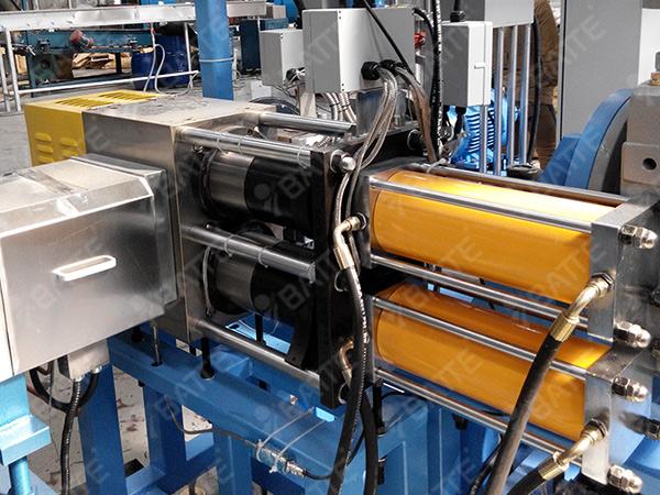 PU造粒用双柱双工位换网器调试现场